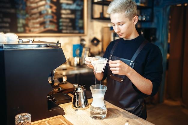 Jeune barista masculin fait du café