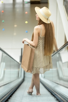 Jeune bas une fille escalator
