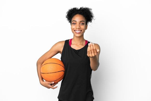 Jeune basketteur femme latine isolée sur fond blanc invitant à venir avec la main. heureux que tu sois venu