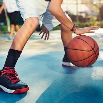 Jeune basketteur tire