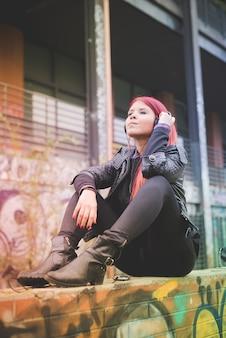 Jeune, beau, cheveux roux, venezuelan, femme, style de vie, écoute, musique
