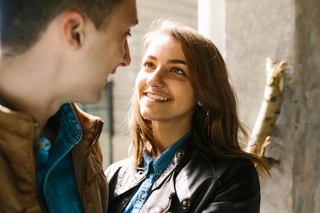 Jeune beau couple amoureux