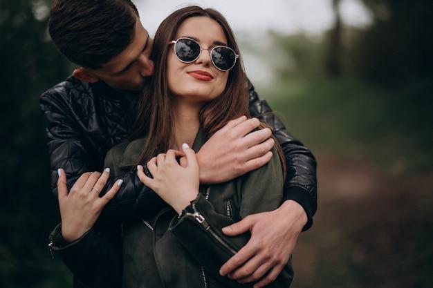 Jeune beau couple dans les bois ensemble