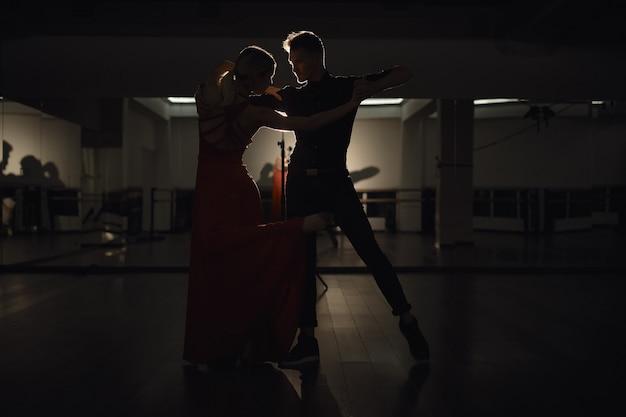 Jeune beau couple dansant avec passion