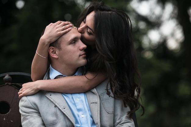Jeune et beau couple européen s'amusant sur le fond de la ville