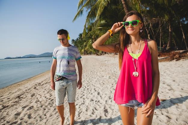 Jeune beau couple marchant sur la plage tropicale, thaïlande, chambre de vacances, tenue hipster, style décontracté, lune de miel, vacances, été, ambiance ensoleillée et romantique