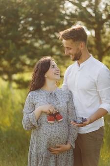 Jeune beau couple passe du temps dans le jardin