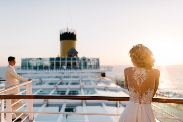 Jeune beau couple sur le pont d'un paquebot de croisière en mer