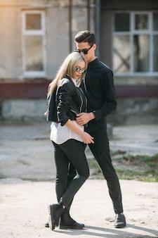 Jeune beau couple posant sur l'ancien bâtiment