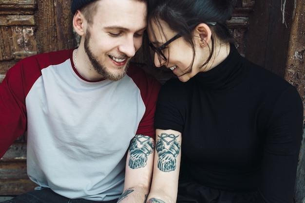 Jeune beau couple posant sur un vieux bâtiment