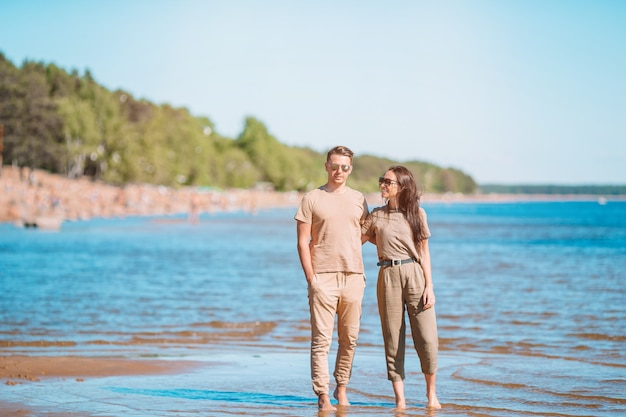 Jeune beau couple s'amuser au bord de mer tropical.