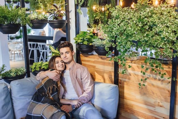 Jeune beau couple sur la terrasse d'été