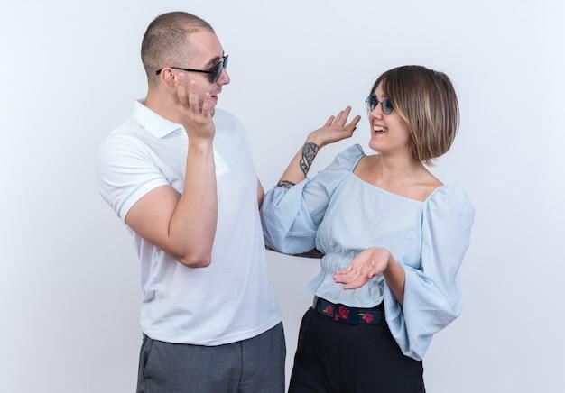 Jeune beau couple en vêtements décontractés homme et femme se regardant heureux et joyeux prenant cinq debout