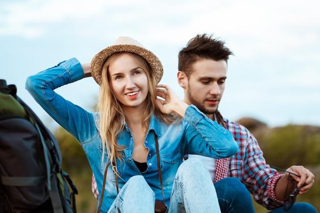 Jeune beau couple de voyageurs bénéficiant d'une vue sur le canyon, souriant