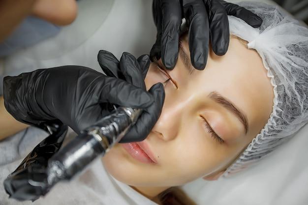 Jeune, beau, femme, maquillage permanent, dans, salon cosmétologie