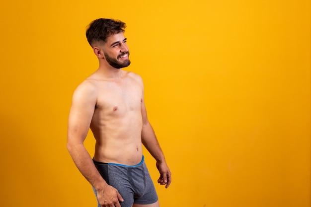 Jeune beau garçon avec le corps tabby en sous-vêtements.