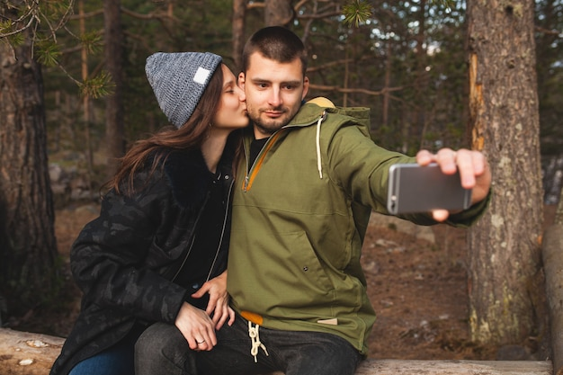 Jeune beau hipster homme et femme amoureuse voyageant ensemble dans la nature sauvage