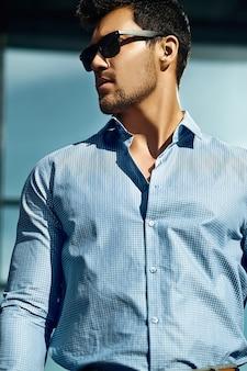 Jeune, beau, homme affaires, désinvolte, tissu, lunettes soleil, rue