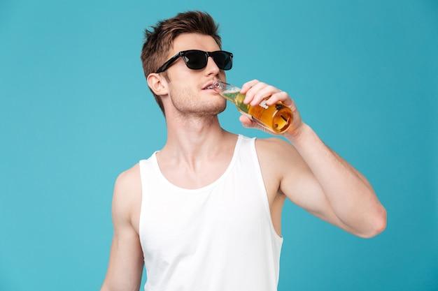 Jeune, beau, homme, boire, bière