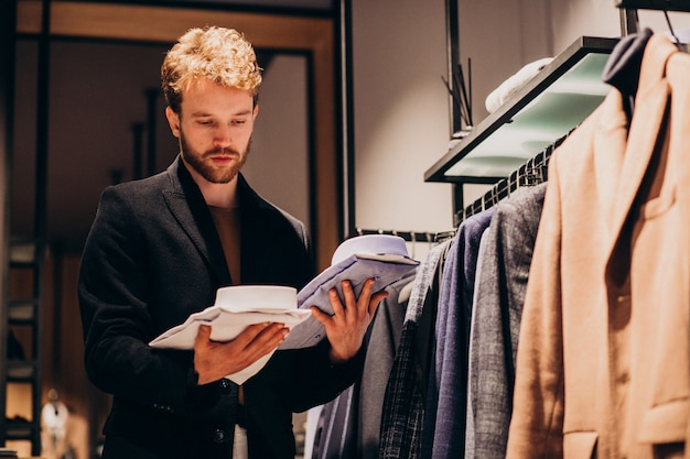 Jeune, beau, homme, choisir, chemise, magasin