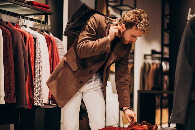 Jeune, beau, homme, choisir, tissu, magasin