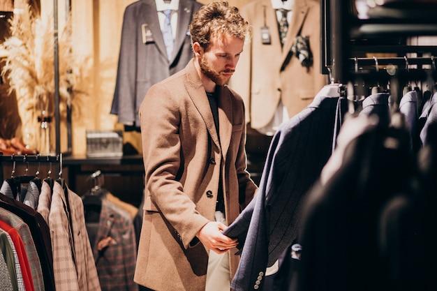 Jeune, beau, homme, choisir, vêtements, magasin