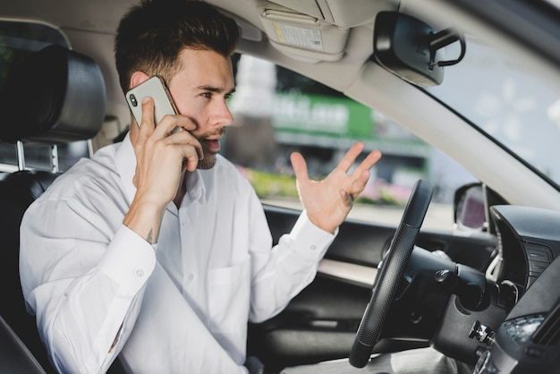 Jeune, beau, homme, voiture, conversation, téléphone portable