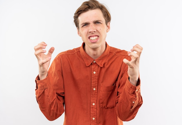 Jeune beau mec agacé vêtu d'une chemise rouge tenant les mains autour du visage isolé sur un mur blanc