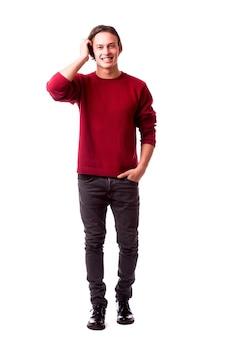 Jeune beau mec posant avec désinvolture isolé sur mur blanc