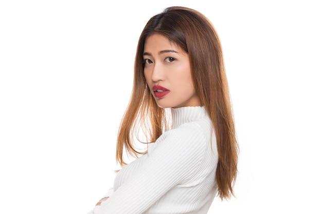 Jeune beauté heureuse femme asiatique saine avec visage souriant isolé sur fond blanc.