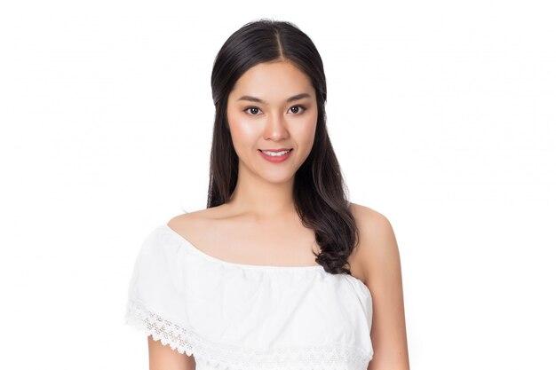 Jeune beauté saine femme asiatique heureuse avec visage souriant isolé sur blanc.