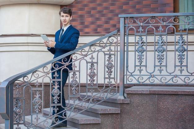 Jeune bel homme d'affaires dans la ville