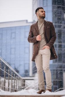 Jeune bel homme d'affaires en dehors du centre d'affaires