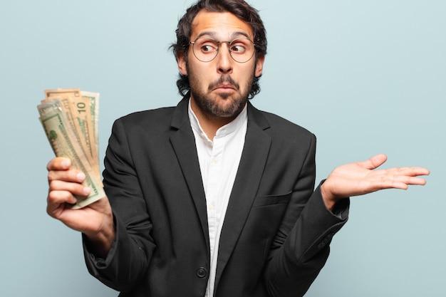 Jeune bel homme d'affaires indien avec des billets de banque