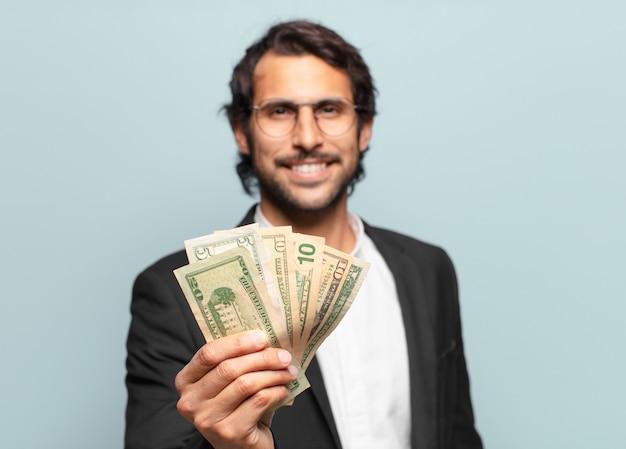 Jeune bel homme d'affaires indien avec des billets