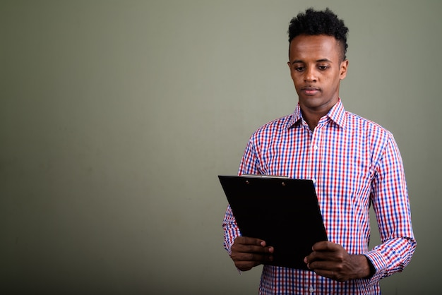 Jeune bel homme d'affaires portant une chemise à carreaux violette
