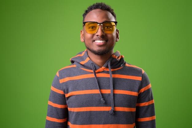 Jeune bel homme africain sur fond vert