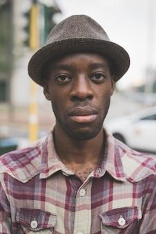 Jeune bel homme afro noir