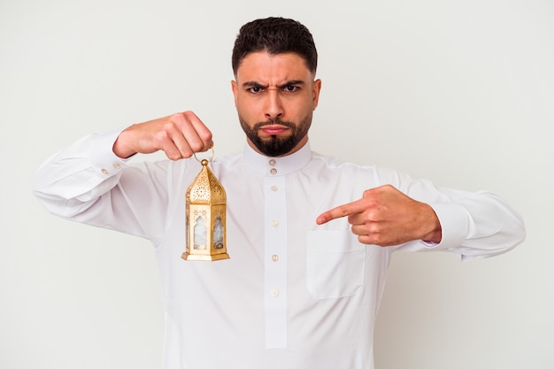 Jeune bel homme arabe tenant une lampe