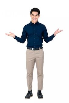 Jeune bel homme asiatique souriant avec le geste des paumes ouvertes