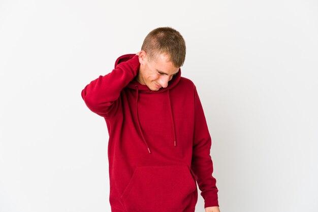Jeune bel homme ayant une douleur au cou due au stress, en massant et en le touchant avec la main