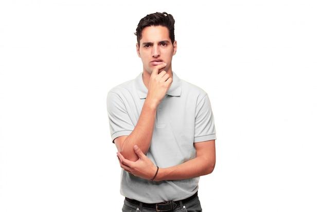 Jeune bel homme bronzé avec un regard maladroit, stupide, stupide, se sent choqué et confus à un r récent