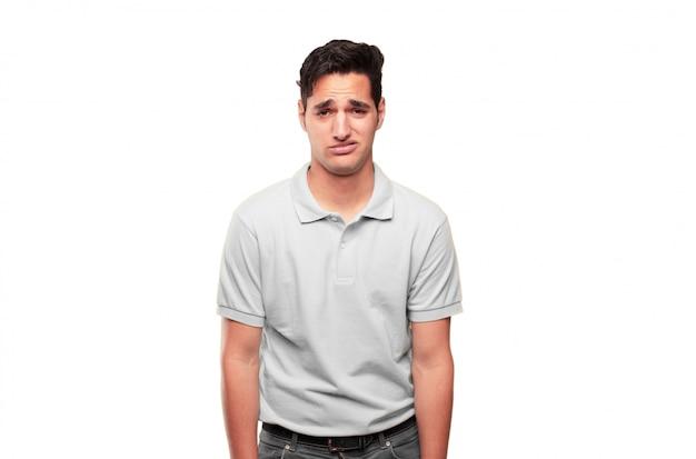 Jeune bel homme bronzé avec un triste regard de déception et de défaite, l'air déprimé et désespéré