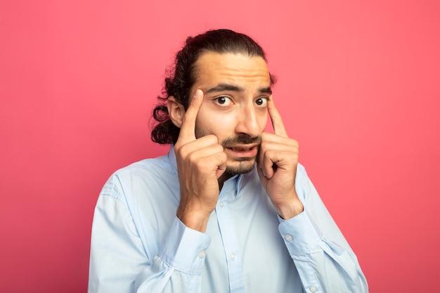 Jeune bel homme caucasien faisant penser geste isolé sur mur cramoisi