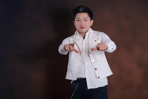 Jeune bel homme chanteur en vêtements décontractés
