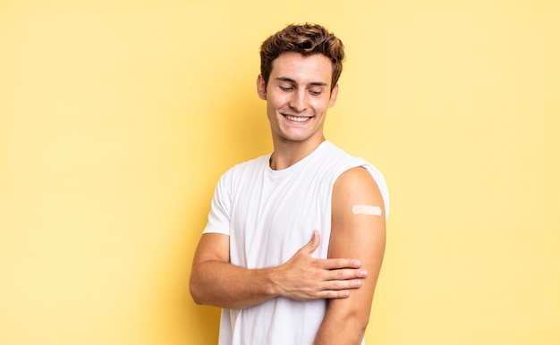 Jeune bel homme. concept de vaccin