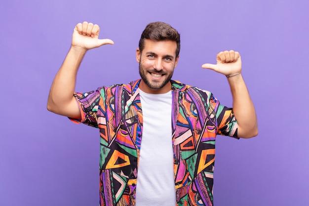 Jeune bel homme contre le mur violet