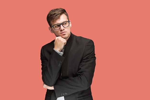 Jeune bel homme en costume et lunettes