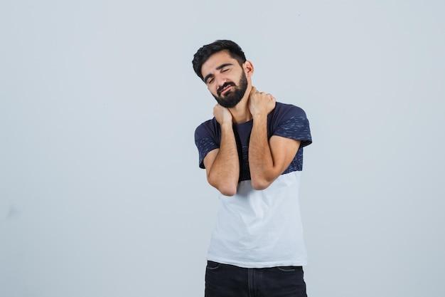 Jeune bel homme dans un t-shirt décontracté