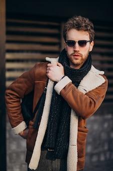 Jeune bel homme dans une tenue de rue